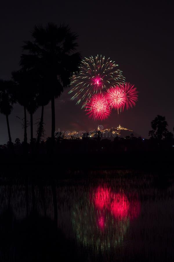 Mooi kleurrijk vuurwerkfestival bij nachthemel in Phra Nakhon stock afbeeldingen
