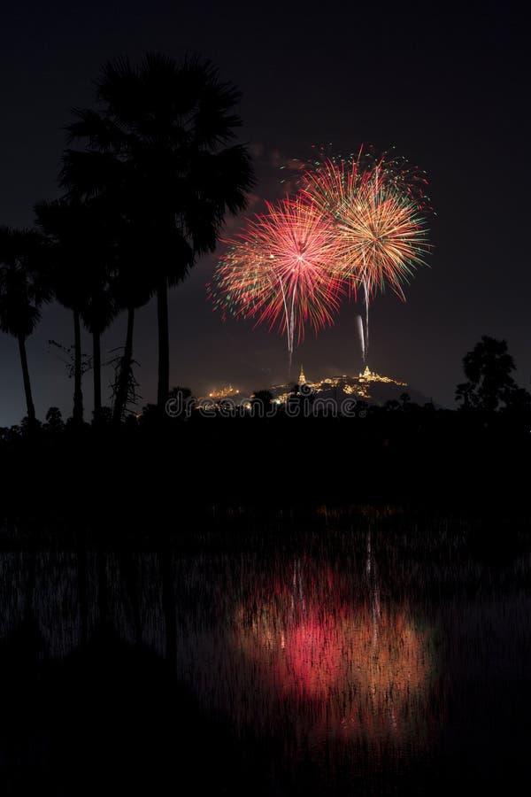 Mooi kleurrijk vuurwerkfestival bij nachthemel in Phra Nakhon royalty-vrije stock afbeelding