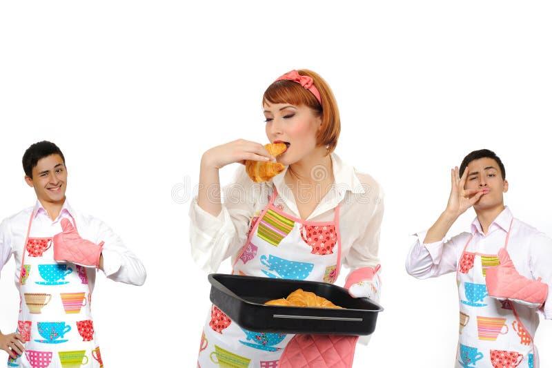 Mooi kokend vrouw en chiabattabrood stock afbeelding