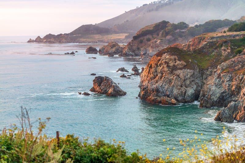 Mooi kustlijnlandschap van Grote Sur, Californië in de zomer s royalty-vrije stock foto's