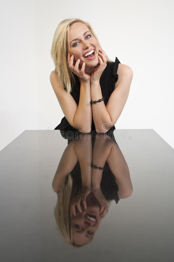 Mooi Lachend Blond Meisje en Haar Gedachtengang stock afbeelding