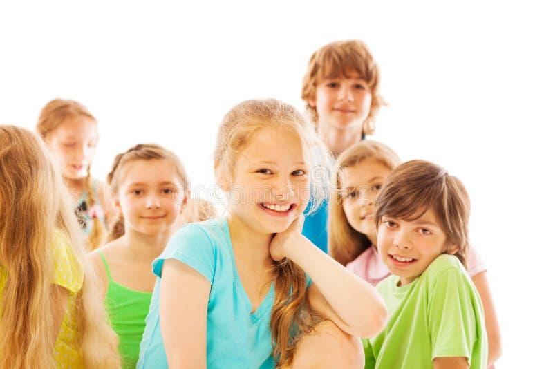 Mooi lachend meisje met groep vrienden stock foto's