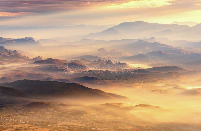 Mooi landschap berg en mistvallei, Berglaag binnen stock fotografie