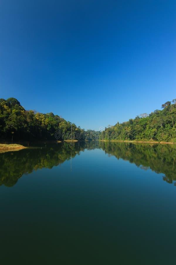 Mooi landschap bij meer stock afbeelding