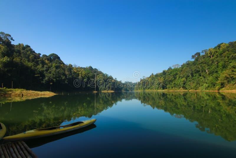 Mooi landschap bij meer stock foto