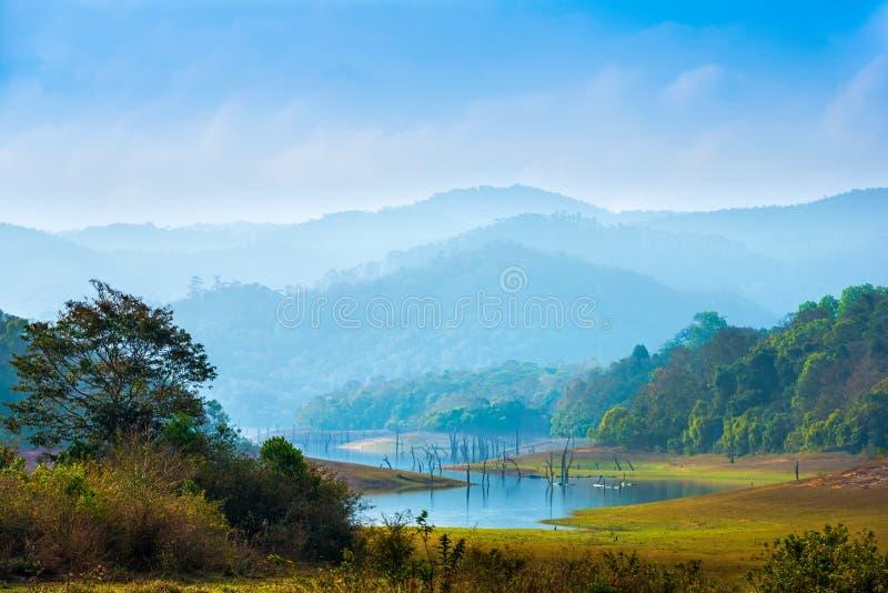 Mooi landschap bij mystieke dag met bergen en meer, t royalty-vrije stock fotografie