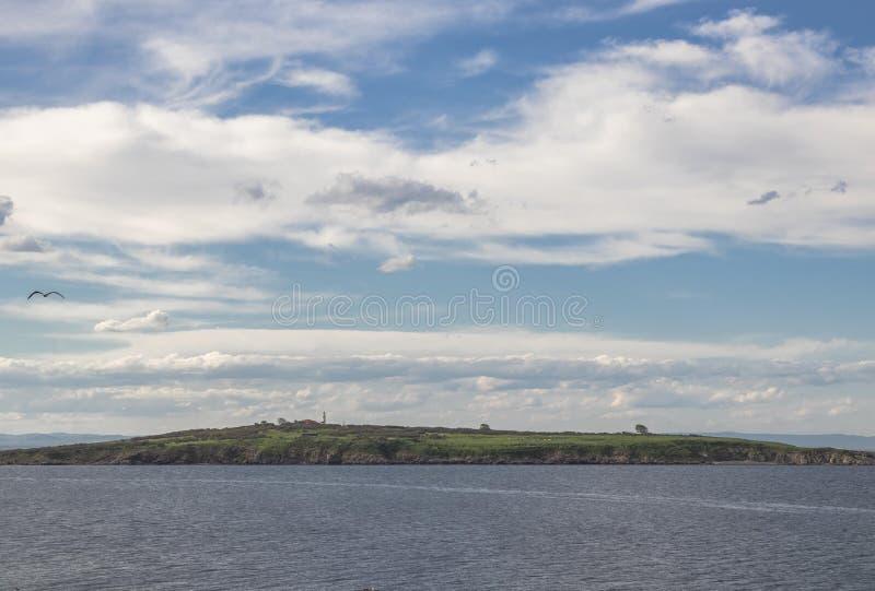 Mooi landschap, blauwe overzees, weinig eiland in groene boom, blauwe hemel en witte wolken stock fotografie
