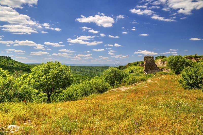 Mooi landschap in de bergketen en de ruïnes van oude vesting royalty-vrije stock afbeelding