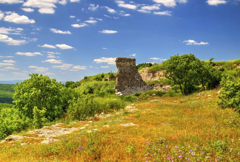 Mooi landschap in de bergketen en de ruïnes van oude vesting stock afbeeldingen