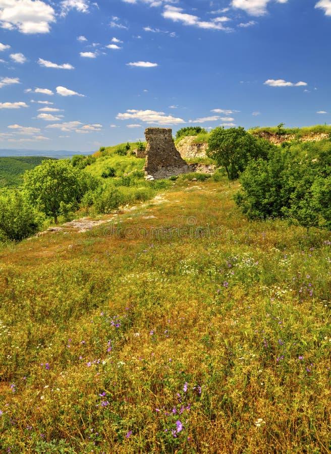 Mooi landschap in de bergketen en de ruïnes van oude vesting royalty-vrije stock foto