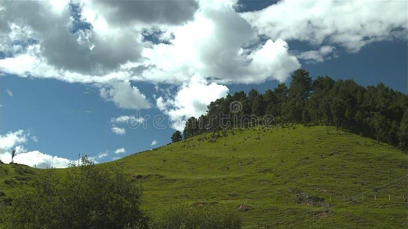 Mooi landschap en blauwe hemel in de bergen bij zonsopgang royalty-vrije stock foto