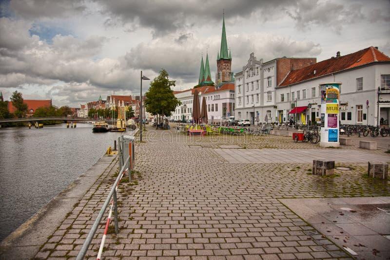 Mooi landschap en waterwegen in Lübeck, Duitsland stock fotografie