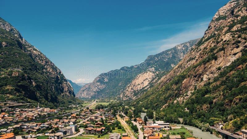 Mooi landschap in het Aosta-Vallei bergachtige gebied in noordwestelijk Italië Alpiene die vallei in de zomer van fortbard wordt  stock fotografie