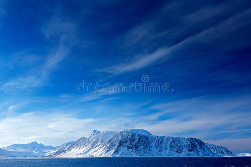 Mooi landschap Land van ijs Koude blauwe wateraard Rotsachtig eiland met sneeuw Witte sneeuwberg, blauwe gletsjer Svalbard, noch stock foto's