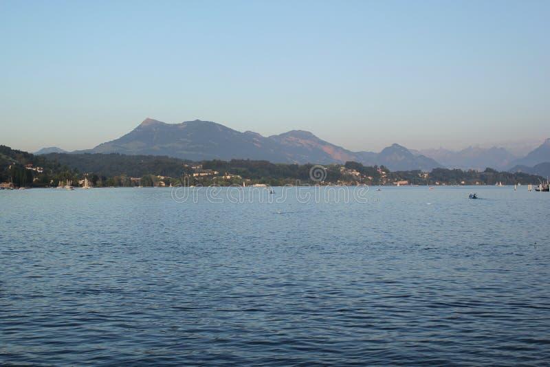 Mooi landschap met blauwe rivier, berg en de hemel stock afbeelding