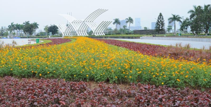 Mooi landschap met boom en bloem royalty-vrije stock afbeelding