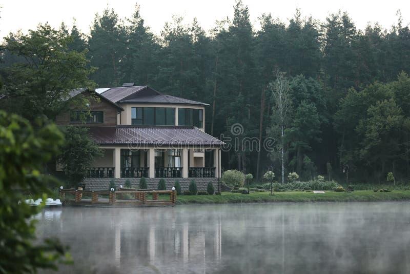 Mooi landschap met bos en huis stock foto's