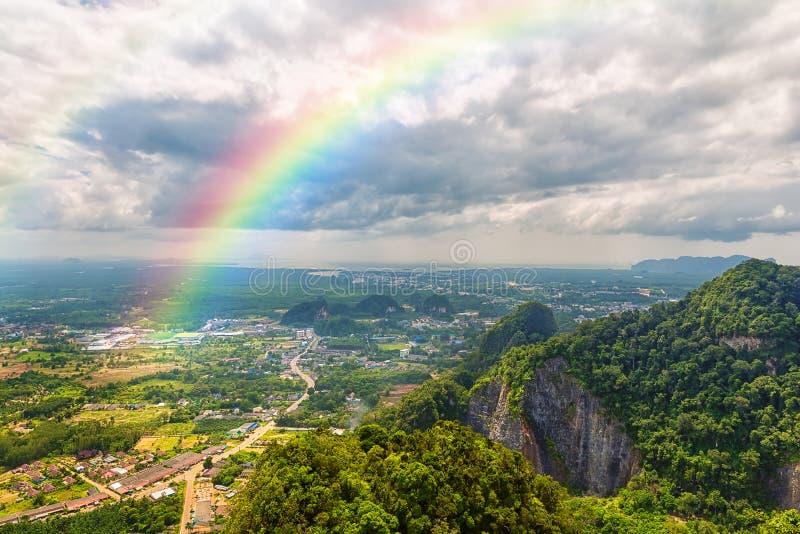 Mooi landschap met een regenboog in de hemel stock foto