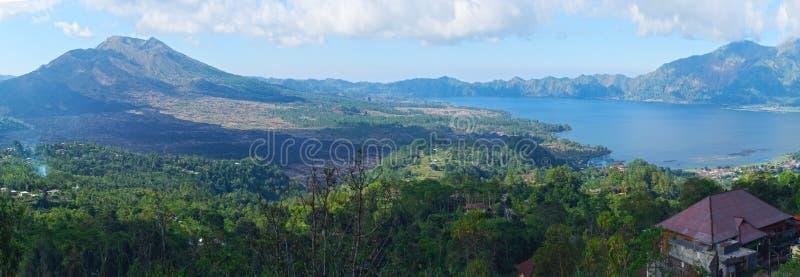 Mooi landschap met een een vulkaan en meer van Batur bali stock foto
