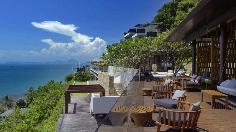 Mooi landschap met hemel, groen bomen en hotel royalty-vrije stock foto's