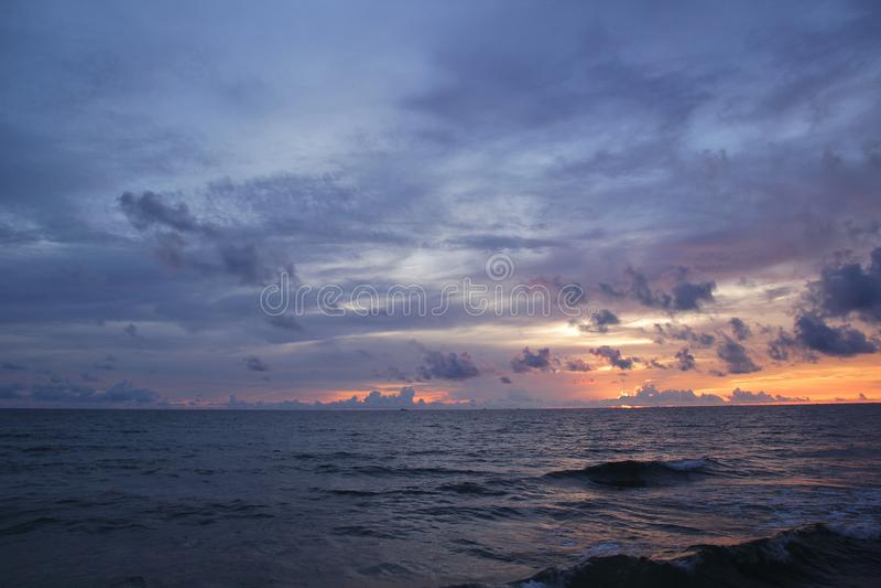 Mooi landschap met het overzees en wolk in de zonsondergang royalty-vrije stock foto's