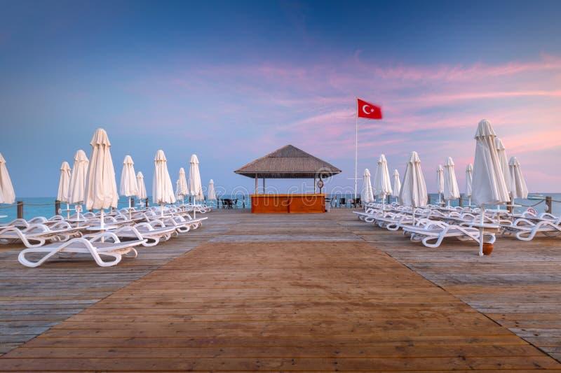 Mooi landschap met houten pijler op Turkse Riviera bij zonsondergang, Kant royalty-vrije stock afbeeldingen