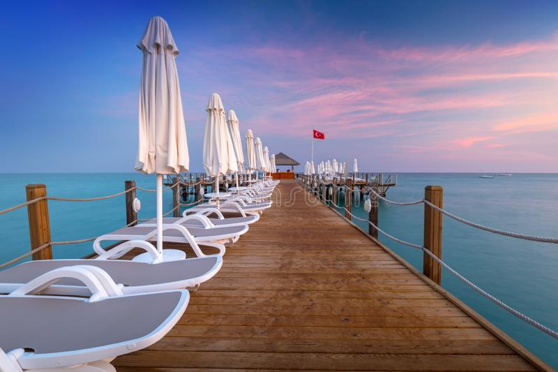 Mooi landschap met houten pijler op Turkse Riviera bij zonsondergang, Kant royalty-vrije stock foto
