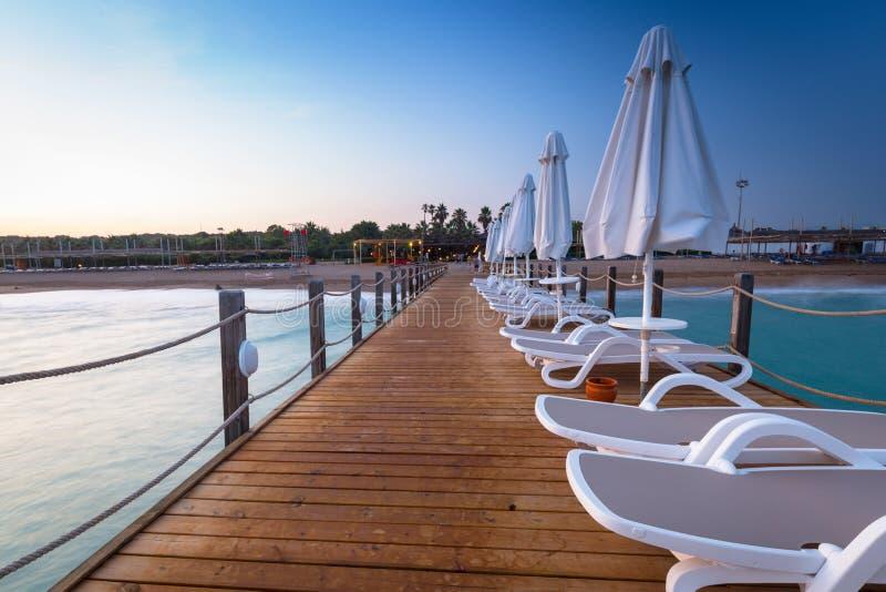 Mooi landschap met houten pijler op Turkse Riviera bij zonsondergang, Kant royalty-vrije stock foto's