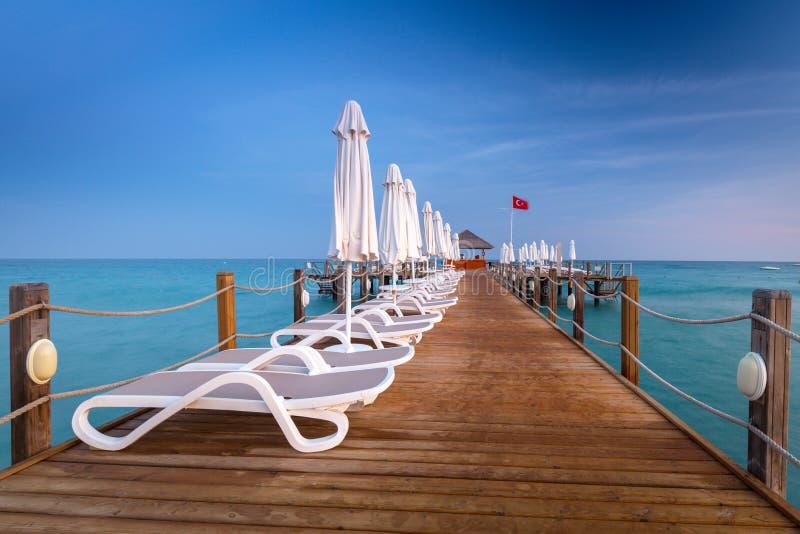 Mooi landschap met houten pijler op Turkse Riviera bij zonsondergang, Kant stock foto's