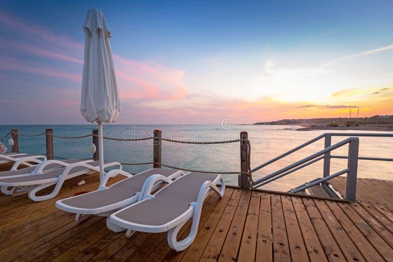 Mooi landschap met houten pijler op Turkse Riviera bij zonsondergang, Kant royalty-vrije stock fotografie