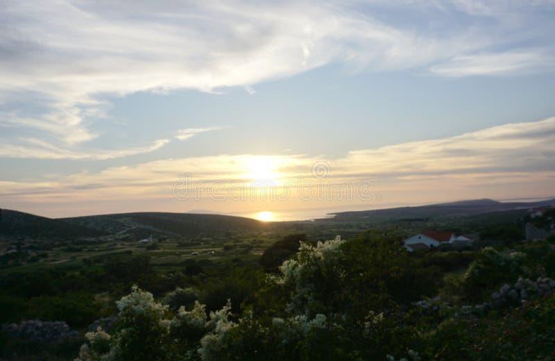 Mooi landschap met overzeese zonsondergang in Kroatisch Eiland Pag stock foto