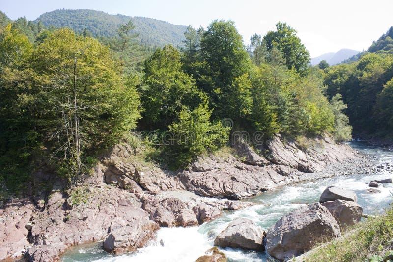 Mooi landschap met rivier en bergen De Belay rivier is in de Noord-Kaukasus royalty-vrije stock foto's