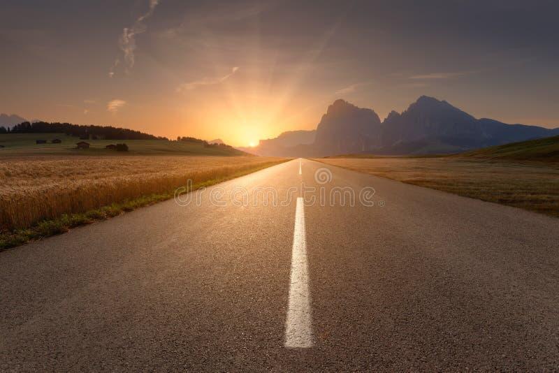 Mooi landschap met weg naar de het plaatsen zon stock foto