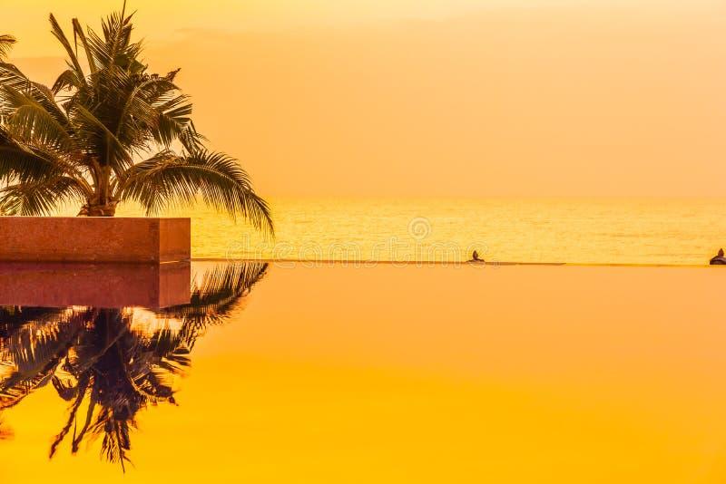 Mooi landschap openlucht met kokosnotenpalm rond zwembad in hotel en toevlucht in zonsopgang of zonsondergangtijd royalty-vrije stock afbeelding