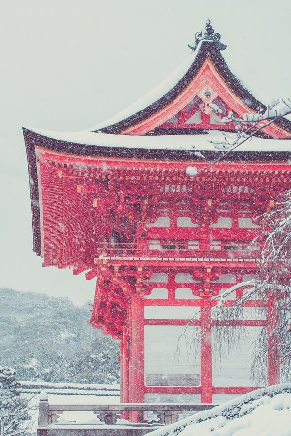 Mooi landschap in seizoengebonden de winter: Rode Japanse die pagode met witte sneeuw in kiyomizu-Deratempel wordt behandeld, Kyo stock afbeeldingen