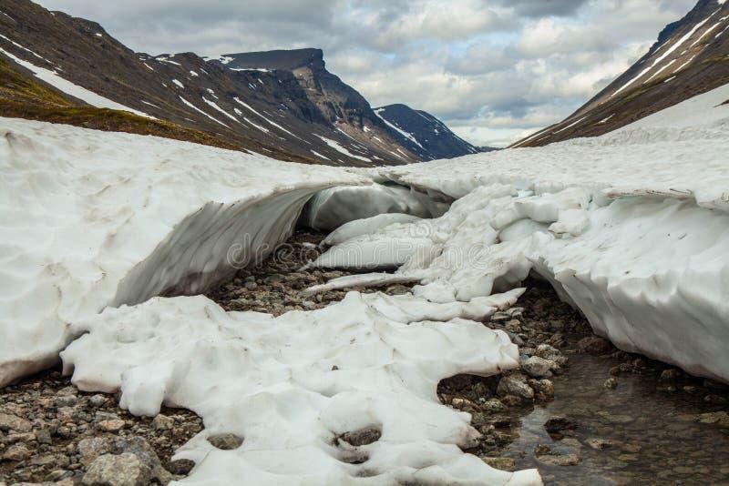 Mooi landschap Sneeuw in de bergen stock foto's