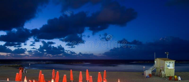 Mooi landschap - strand bij zonsondergang stock foto