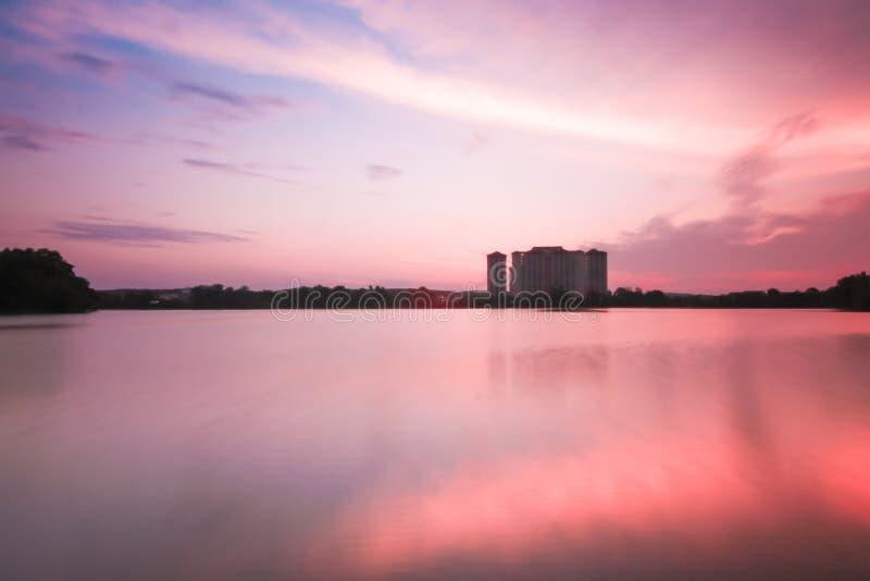 Mooi landschap tijdens zonsondergang bij Blauw Meer Maleisië royalty-vrije stock afbeelding