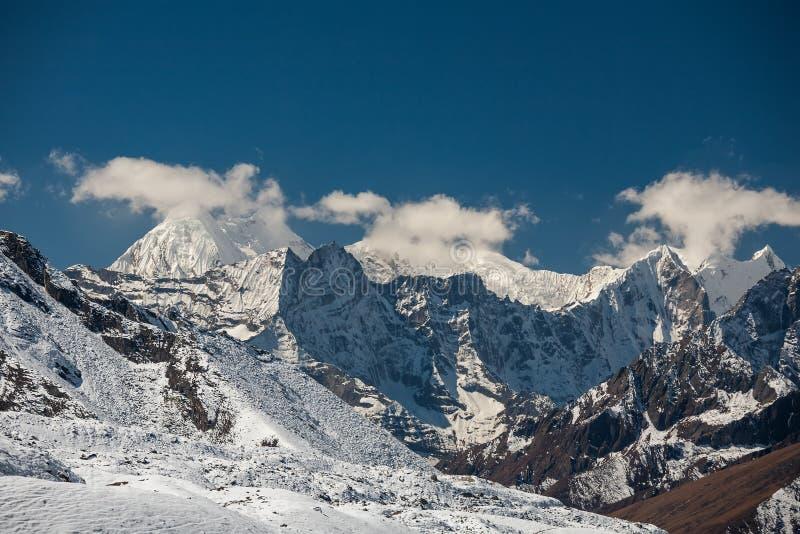 Mooi landschap van de bergen van Himalayagebergte stock foto's