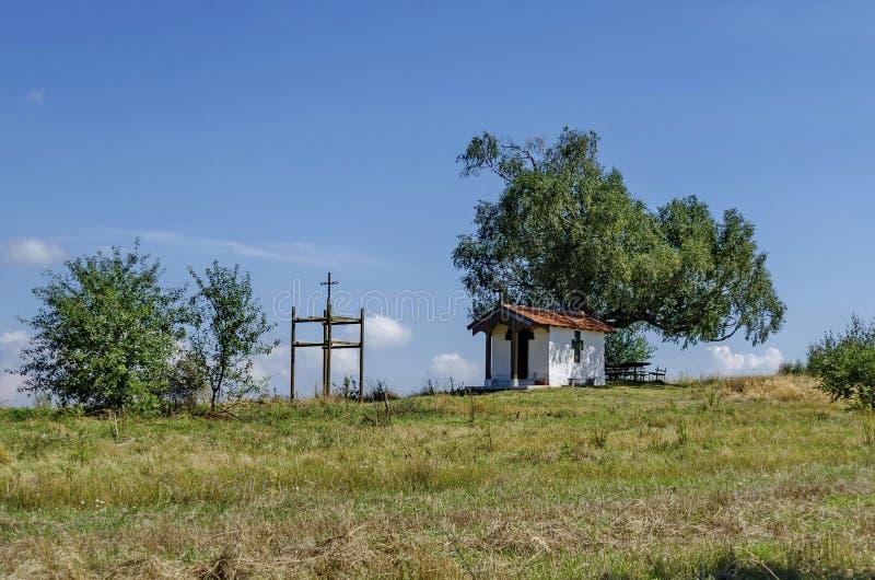 Mooi landschap van de vooruitgangszomer met eerbiedwaardige berkboom en oude kapel stock afbeelding