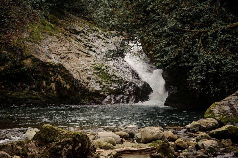 Mooi landschap van de waterval in de Aphrodite-baden stock afbeeldingen