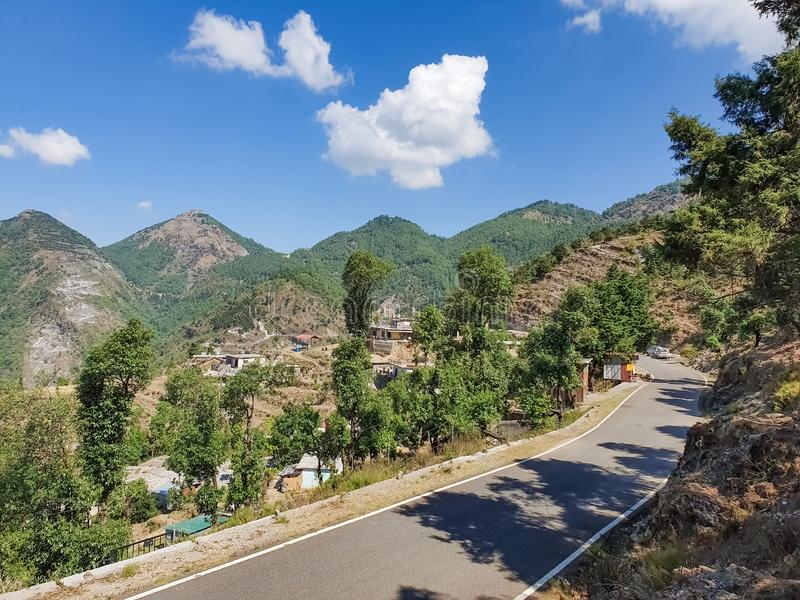 Mooi landschap van een dorp in de de vlektoevlucht van de bergen zeer toneelvakantie in natuurlijke omgeving in aard perfecte toe stock afbeelding