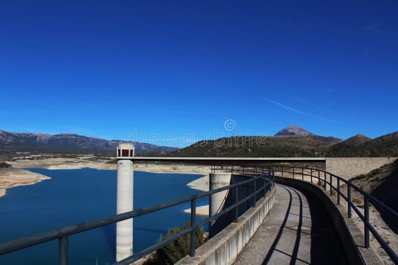 Mooi landschap van een reservoir in Spanje stock foto's