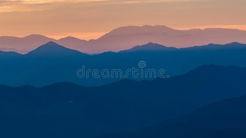 Mooi landschap van een Spaanse berg met zonsondergang lichte Serra D Entreperes royalty-vrije stock fotografie