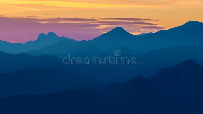 Mooi landschap van een Spaanse berg met zonsondergang lichte Serra D Entreperes stock foto's