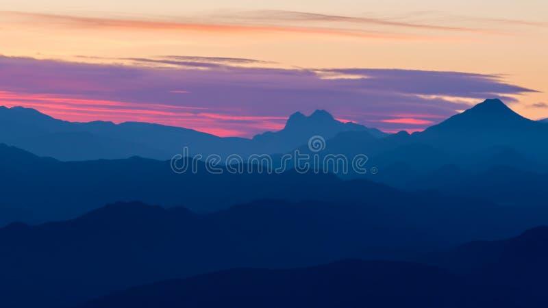 Mooi landschap van een Spaanse berg met zonsondergang lichte Serra D Entreperes stock afbeelding