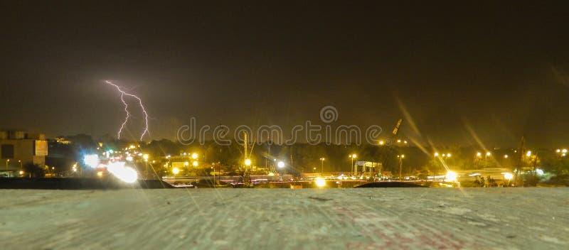 Mooi landschap van een stad met inbegrip van onweersbui en blikseminslag royalty-vrije stock fotografie