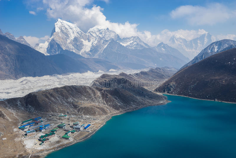 Mooi landschap van Gokyo-meer en dorp, Everest-gebied, N royalty-vrije stock fotografie