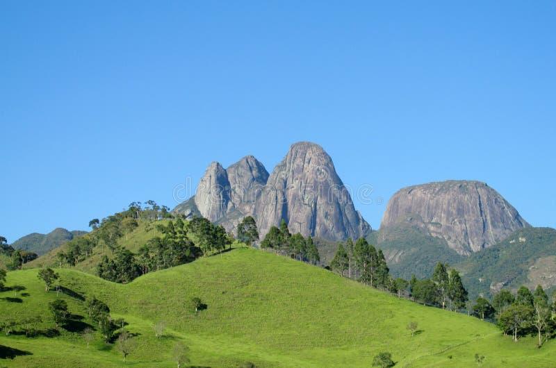 Mooi landschap van groene heuvel en vlotte rots royalty-vrije stock afbeeldingen