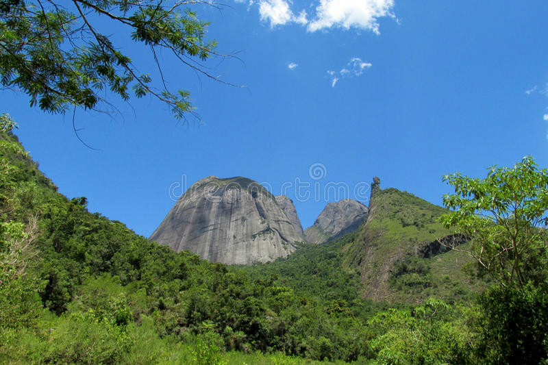 Mooi landschap van groene heuvel en vlotte rots stock foto